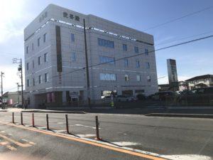 半田愛昇殿は、県道262号線にあり、名古屋方面からくると、ミツカン本社を越えて信号を3つ目を過ぎると右手に見えます。