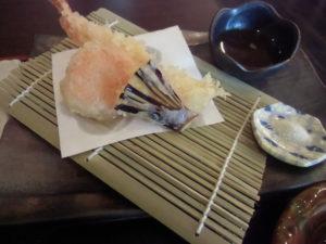 揚げたての天ぷら(エビ・ナス・人参・カボチャ)塩と天つゆ。